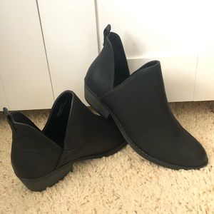 NWOB universal thread faux leather ankle booties